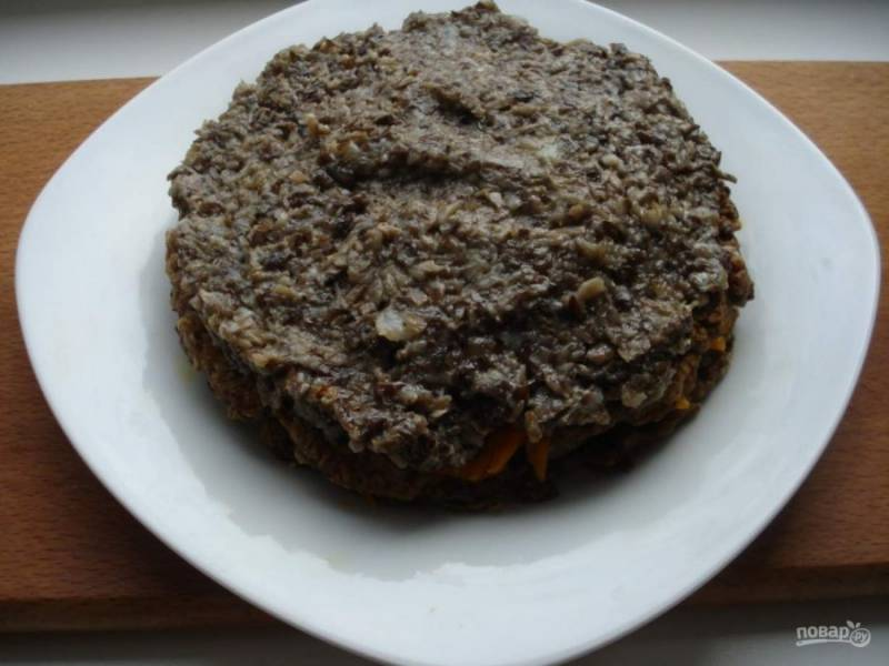 Далее выложите слой из грибов.