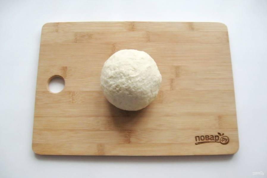 """Замесите достаточно крутое, но эластичное тесто. Накройте его и дайте """"отдохнуть"""" минут 20."""