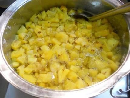 Ананасы вместе с жидкостью влейте в глубокую посуду.