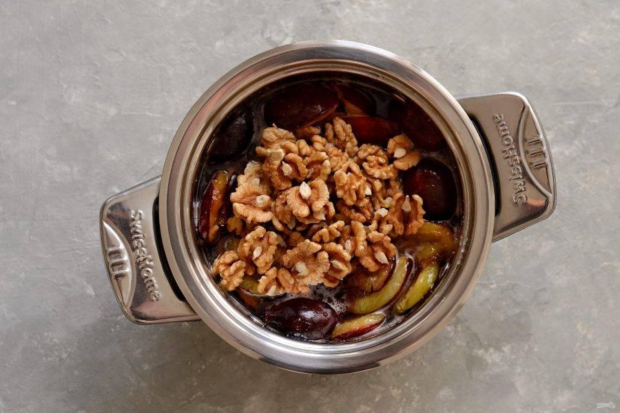 Когда сахар полностью растворится, добавьте орехи. Варите варенье примерно 35-40 минут, постоянно помешивая. Если образуется пенка, снимайте её.