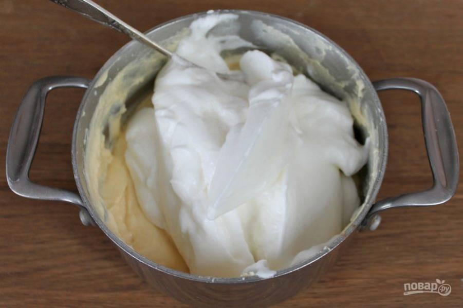 Соединяем тесто и белки аккуратно перемешивая.