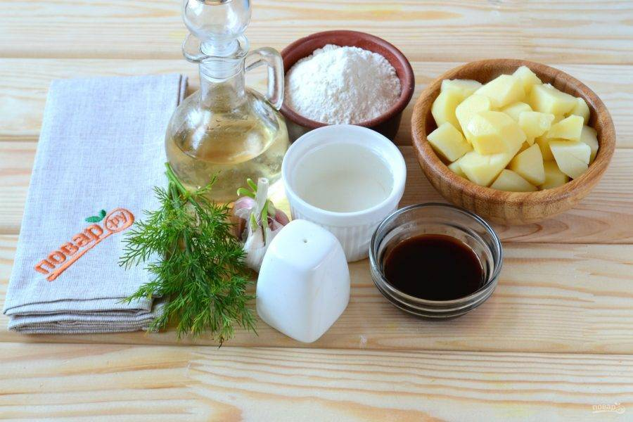 Подготовьте все необходимые ингредиенты. Картофель порежьте кусочками и отварите до готовности.