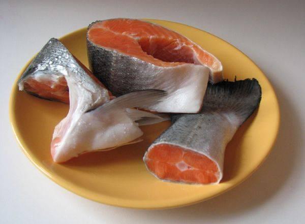 Для приготовления супа мы используем один стейк и обрезки - часть перед головой и хвостик. Кладем рыбу в кастрюлю заливаем холодной водой, доводим до кипения и варим затем около 20 минут.