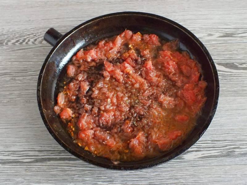 Влейте соевый соус, добавьте перец. Доведите до кипения, помешивая. После проварите одну минуту. Если необходимо, то посолите по вкусу. Временно снимите с огня.