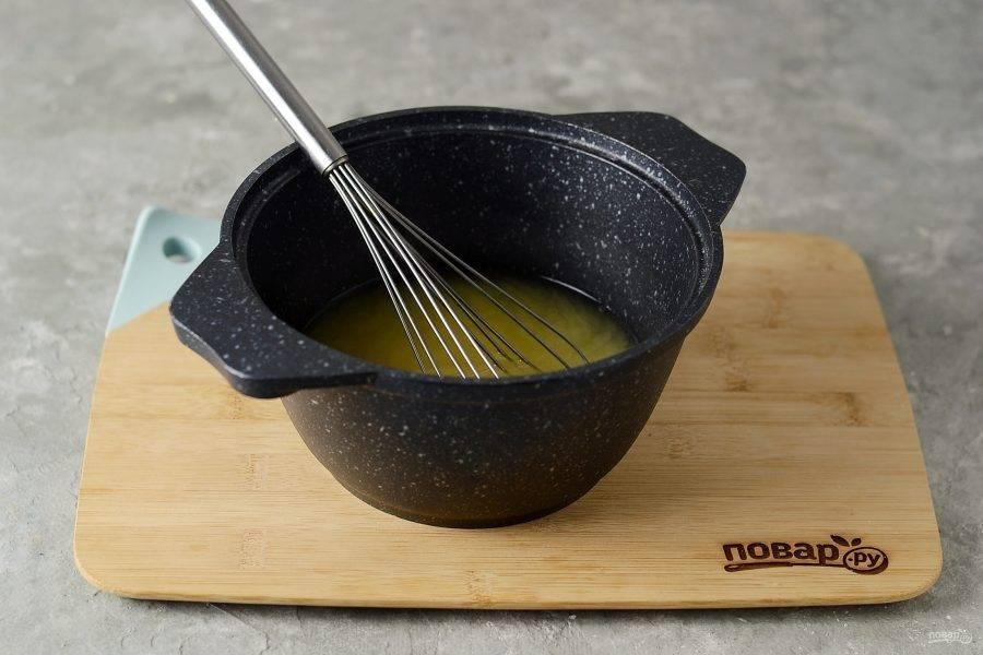 Для рассола растворите в горячей воде порошок горчицы, сахар и соль. Немного остудите.