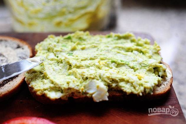 6. Намажьте смазанный майонезом хлеб яичной смесью и наслаждайтесь закуской.