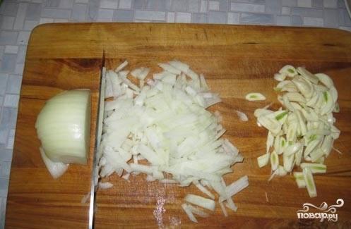 4.Далее мелко нарезаем лук и чеснок.