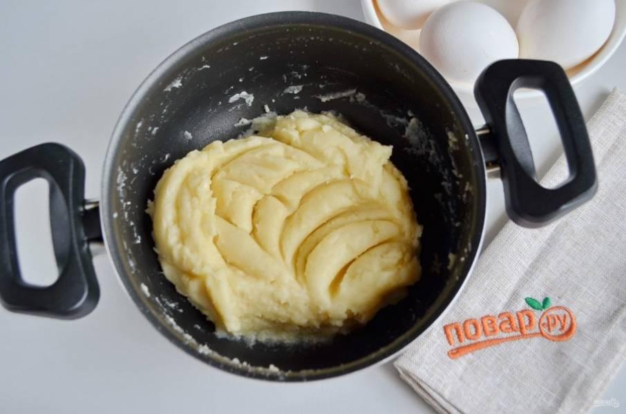Тесто готово, дайте ему остыть, чтобы яйца не свернулись, когда будете их добавлять, это важно!