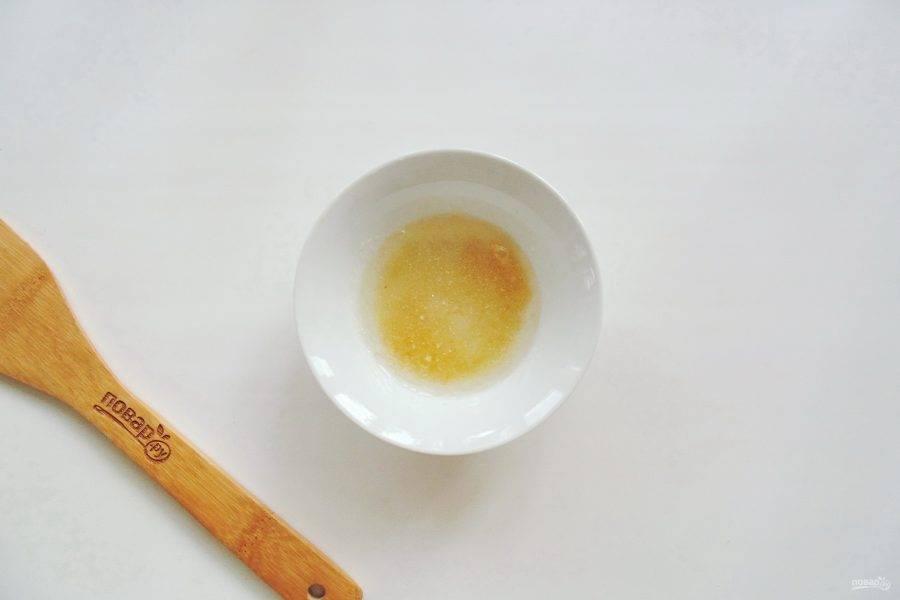 Залейте его 3-4 столовыми ложками холодной воды и дайте набухнуть в течение 10-12 минут.