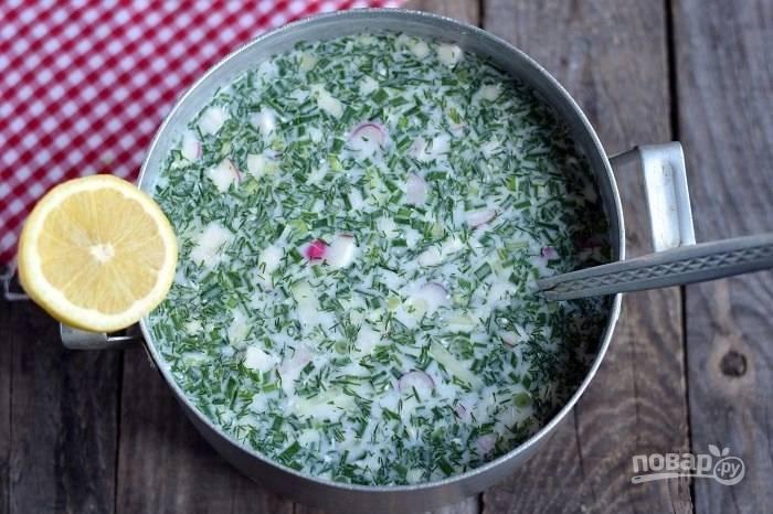 8.В кастрюлю переложите зелень. Смешайте воду со сметаной и перелейте в кастрюлю к остальным ингредиентам, добавьте соль по вкусу и выдавите сок лимона, перемешайте.