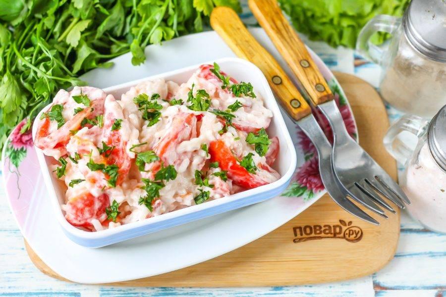 Выложите приготовленное блюдо на тарелки, промойте свежую зелень и измельчите ее. Присыпьте салат зеленью при подаче: петрушкой, зеленым луком, укропом и т.д.