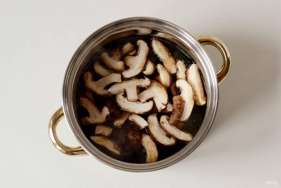 Добавьте грибы в кастрюлю. Проварите 5-7 минут.