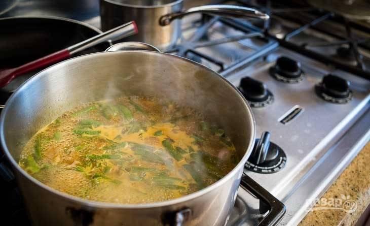 3.По вкусу добавьте соль, перец, карри, влейте кокосовое молоко.