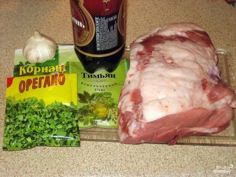 Берем кусок свинины и тщательно моем. Подбираем специи по вкусу.