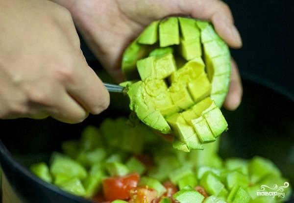 4. Кубиками нарежьте авокадо.