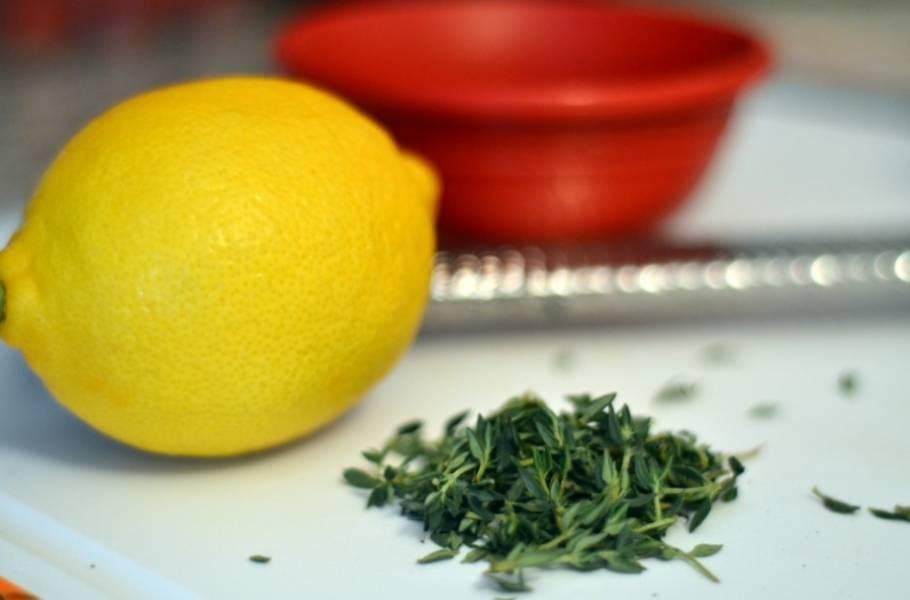 Простейший рецепт, классика жанра. Ничего лишнего. Начинаем с маринада: смешиваем лимонный сок, оливковое масло, соль, перец, специи и немного свежей зелени.