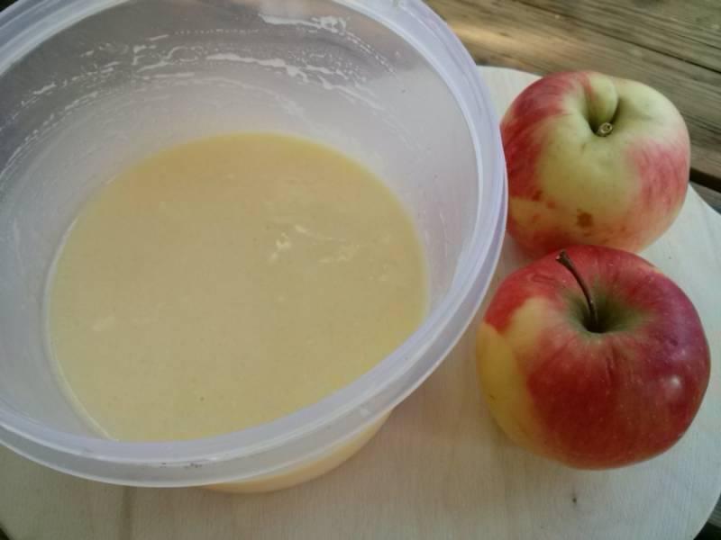 Для сметанной заливки смешайте сметану, сахар, ванильный сахар, яйцо и 2 ст.л. муки
