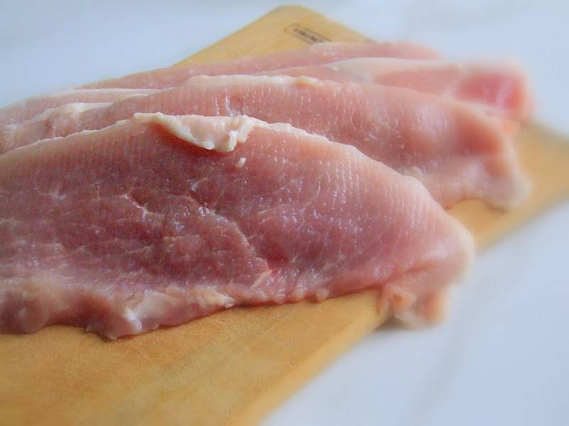 Разделяем мясо на шницели, слегка отбиваем. Затем нужно посолить и поперчить мясо с двух сторон.