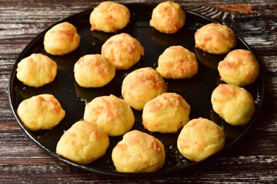 Отправьте булочки в разогретую до 190 градусов духовку на 25-30 минут.