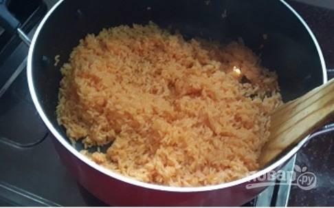 Добавьте соль и карри, варите, пока почти вся влага не выпарится и не впитается в рис. Примерно 20-25 минут.