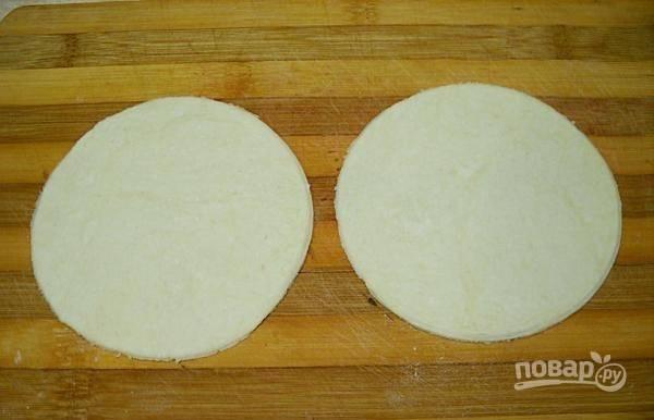 5.Разделите тесто на несколько частей, раскатайте каждую в тонкий пласт и вырежьте кружочки.