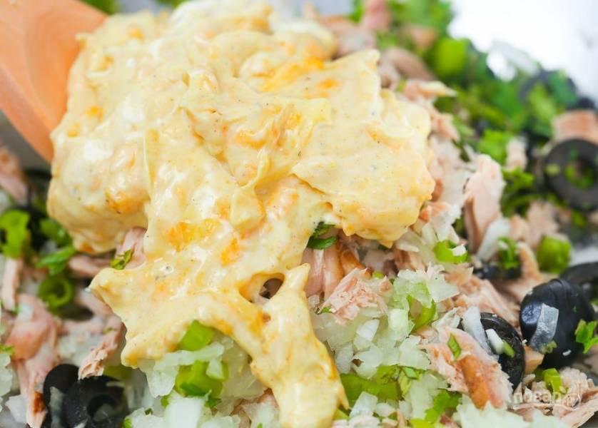 Добавьте заправку в салат. Тщательно перемешайте.