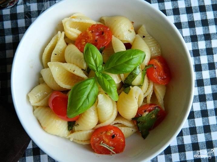 Макароны с чесноком и помидорами