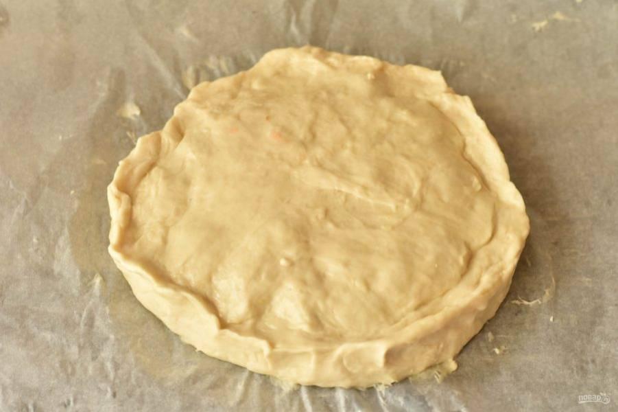 Накройте второй частью теста, сделайте рельефные края, просто их скрепив руками. Отправьте пирог в разогретую до 190 градусов духовку на 20-25 минут.