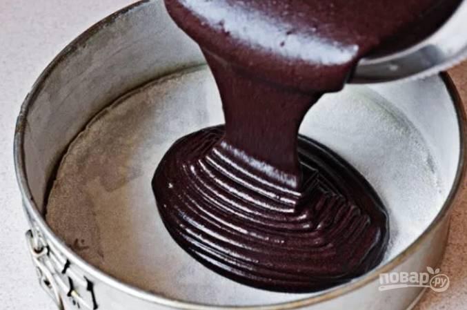 6.Форму для выпечки застелите пергаментом и вылейте в нее тесто.