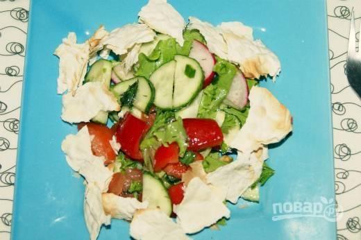 5. Перед подачей в тарелку с салатом добавьте лаваш. Вот такая красота получается. Приятного аппетита!