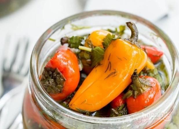 4. Можно сразу переложить перцы в баночку, чтобы было удобно хранить их в холодильнике.