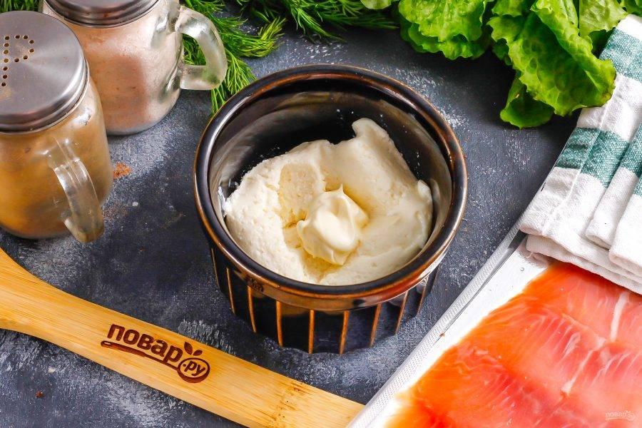 Сливочный сыр выложите в пиалу или креманку, добавьте майонез — по желанию и щепотку соли. Аккуратно перемешайте.