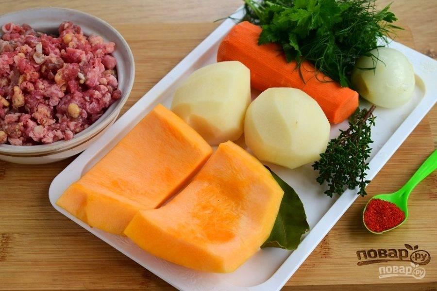 Подготовьте необходимые продукты. Овощи помойте и очистите.