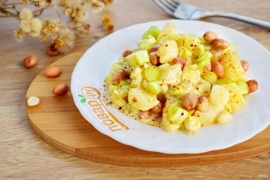 Перемешайте все ингредиенты в глубокой миске, заправьте соусом. Приятного аппетита!
