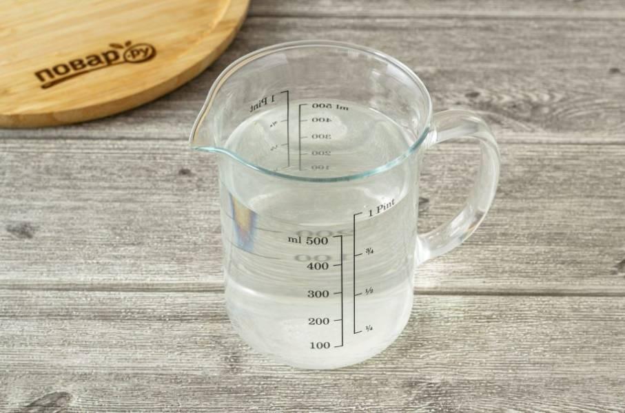 В кипяченой воде растворите сахар и соль. Перемешайте, чтобы они полностью растворились.