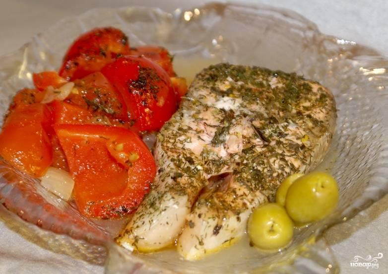 Красиво разложите рыбу и овощи по тарелкам. Приятного аппетита!