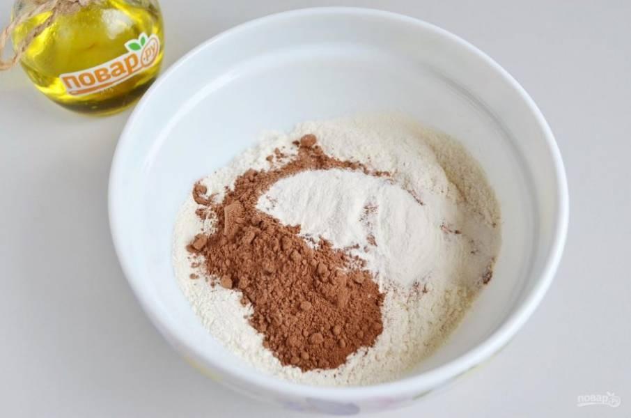 3. В мисочке соедините муку с разрыхлителем, какао-порошком, корицей. Хорошо перемешайте сухой ложкой.