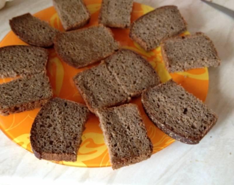 Нарежьте хлеб.