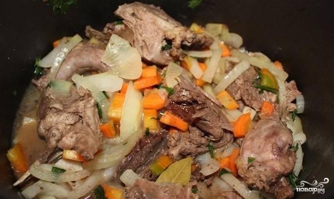 8. Влейте воду. Перемешайте. Закройте крышкой и тушите на протяжении 2 часов. Готовую утку подавайте с тушеными овощами.