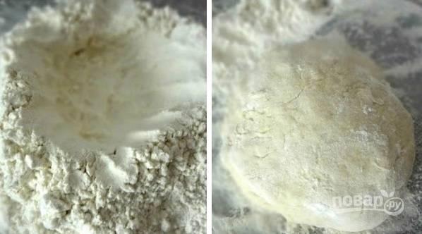 1. Дрожжи растворите в теплой воде. На рабочий стол просейте муку. Сделайте в центре углубление и вылейте воду. Замесите тесто. Накройте полотенцем и оставьте подходить на часик.