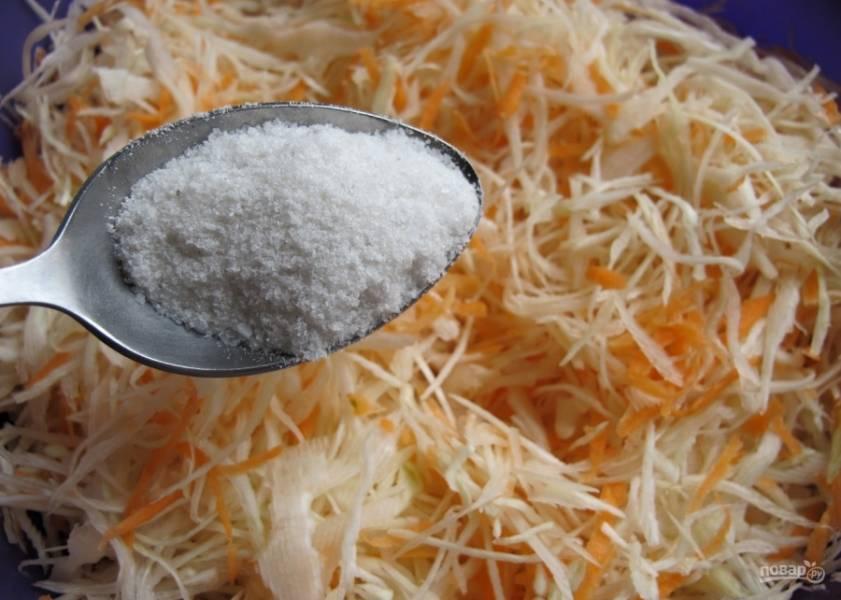 4. Добавляем соль и сахар по вкусу. Я обычно соли кладу немного больше, чем сахара.