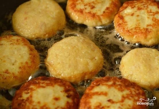 На плиту поставьте сковородку, влейте в нее оливковое масло. Разогрейте. Сформируйте из фарша котлетки, которые обжарьте с двух сторон до золотистой корочки.