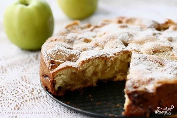Выпекать в хорошо разогретой духовке примерно полчаса.  Готовность проверять зубочисткой - если она сухая, значит простой пирог с яблоками готов. Слегка остудите его, нарежьте на порционные кусочки и подавайте со сметаной или ягодным джемом. Приятного чаепития!