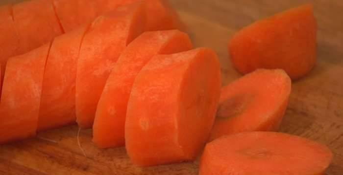 5. Луковицу и морковь очистить и нарезать крупными кусочками. Отправить на сковороду к чесноку и обжарить 3-5 минут.