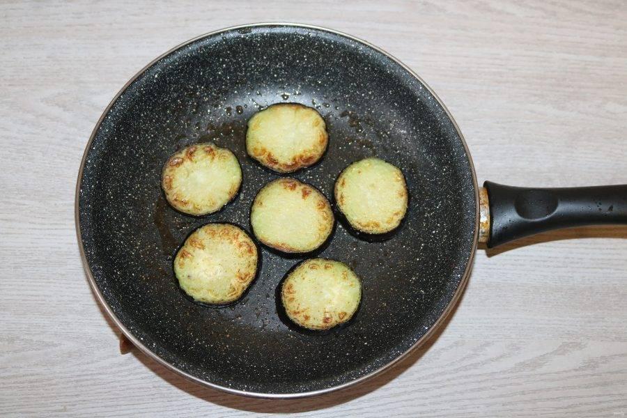 Баклажаны обжарьте в разогретой сковороде с добавлением небольшого количества масла с двух сторон до румяной корочки.