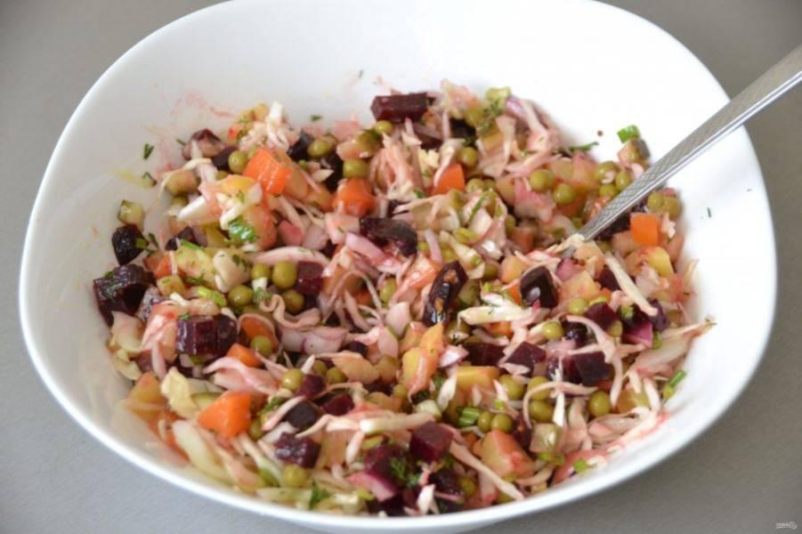 Полейте салатной заправкой винегрет, перемешайте. Очистите кильку от костей и головы, сверните филе кильки рулетиком.