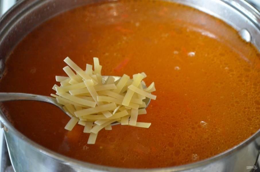 Добавьте лапшу и проварите суп 10 минут.