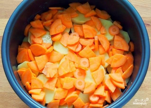 Теперь очищаем морковь, её мы тоже нарезаем достаточно тонко. Выкладываем в чашу мультиварки.