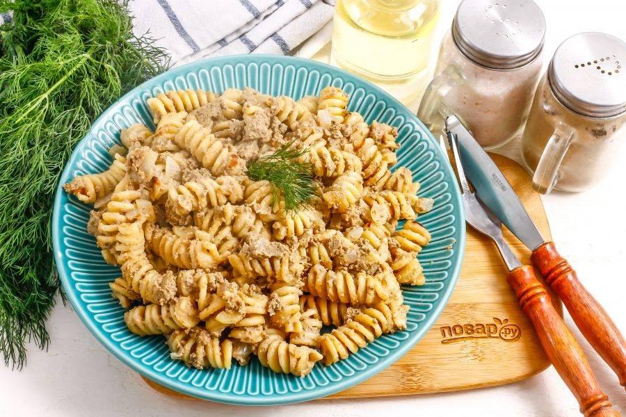 Выложите макароны на тарелку и подайте к столу горячими, украсив по своему вкусу.