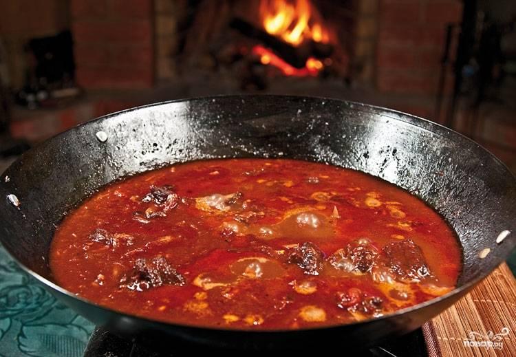 9. Поперчите по вкусу, уберите огонь до минимума и оставьте на медленном огне тушиться часа на 2.5. В процессе добавляйте воду, когда будет необходимость. Вот и весь секрет, как приготовить хвосты говяжьи.